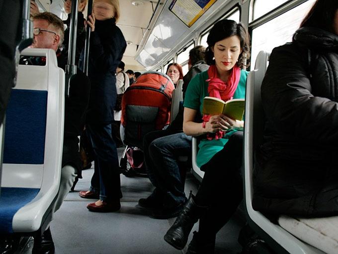 """""""Lesestationen: Von einem Kapitel zum nächsten mit der Straßenbahn."""""""
