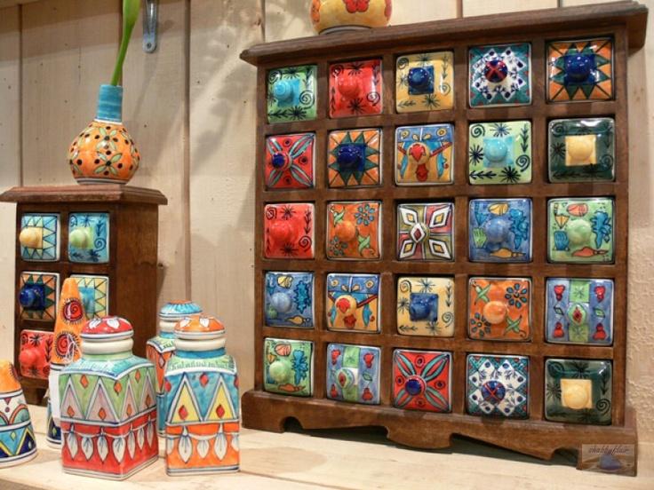 Apothekerschränkchen Adventskalender aus Holz mit Keramikschubladen, der das ganze Jahr über nutzbar ist und für Ordnung sorgt.