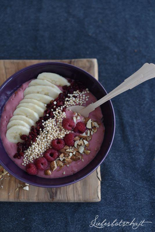 2. Himbeer-Banane-Bowl  1 Handvoll TK-Himbeeren 1 Bananen 3EL Joghurt  Topping: Berberitzen (z.B. von HIER) gepuffter Quinoa (z.B. von HIER) Mandeln, gehackt frische Himbeeren 1/2 BananeLiebesbotschaft