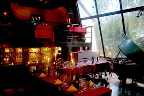 Le fou chantant- Wel deze plek is eigenlijk het restaurant achter het huisje in de boom! Het is een geweldige plek als je graag vlees eet, ze proberen om een gezellige sfeer te maken. Je eet, je kunt zingen bij de piano bar en je kunt zelfs dansen als diner is voorbij!