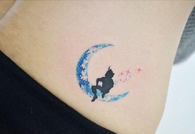27 minimalistische Peter Pan Tattoos, die Sie daran erinnern, niemals erwachsen zu werden | Tattoodo.com