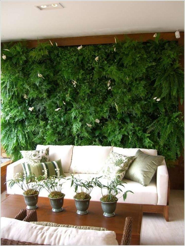 canapé salon droit blanc et mur végétal intérieur
