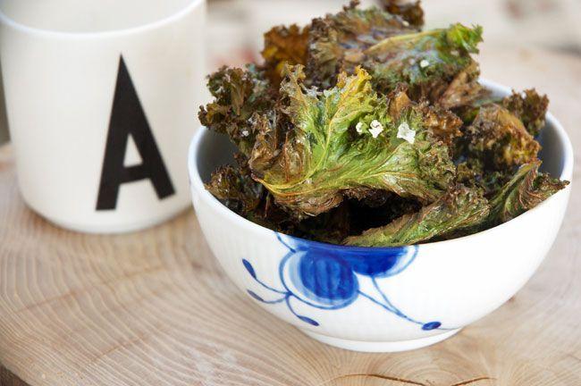 Grønkålschips smager skønt og er en rigtig fin ledsager til fredagsøl, som en nem forret eller til vinterens tapasanretning - opskrift