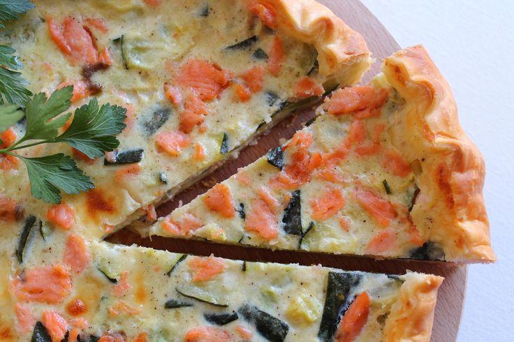 La torta salata con salmone affumicato e zucchine è un'ottima idea per un secondo piatto diverso dal solito o da proporre come antipasto ridotto in fette o in quadrotti. Ecco la ricetta