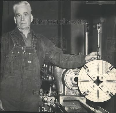1952-Press-Photo-Ira-Beck-machinist-for-Bureau-of-Reclamation-Grand-Coulee-Dam