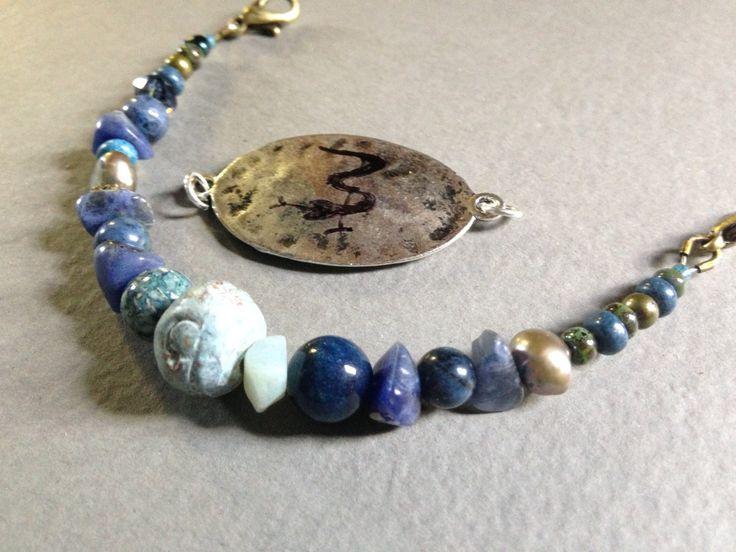 Bracelet médical fait de matériaux nobles; pierres semi-précieuses, bois, céramique, cristaux...selon vos goûts de la boutique BlueloulouNature sur Etsy