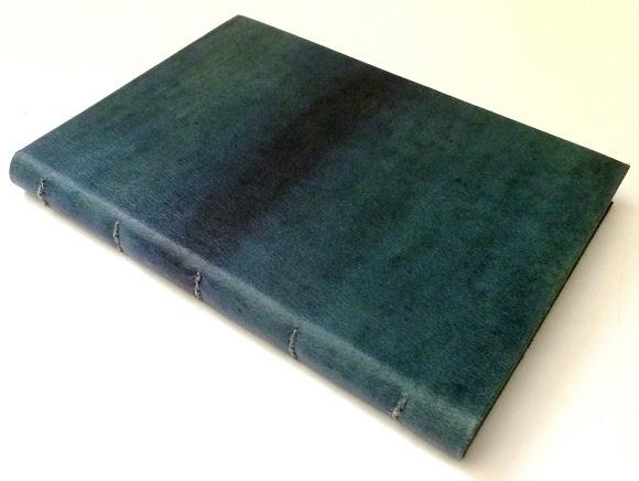 caderno quadriculado, capa em recouro pintado a mão