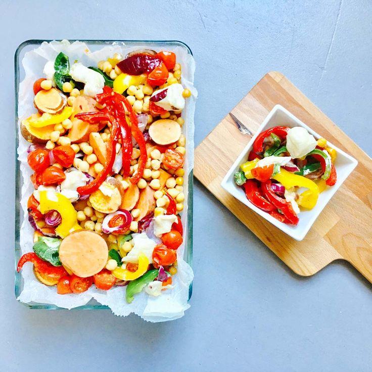 Vind jij het lastig om voldoende groenten binnen te krijgen en heb je geen zin om lang in de keuken te staan? Dan is dit recept ideaal! Vanwege de verschillende soorten groenten krijgt dit gerecht niet alleen veel kleur, maar is ook rijk aan verschillende voedingsstoffen. Wil je liever een vegetarisch recept? Laat de kip dan weg en voeg extra kikkererwten toe. Eet smakelijk: https://www.fit.nl/recept/kleurrijke-ovenschotel