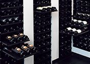 Wijnrekken met schuiflades voor individuele wijnflessen en wijnkisten.