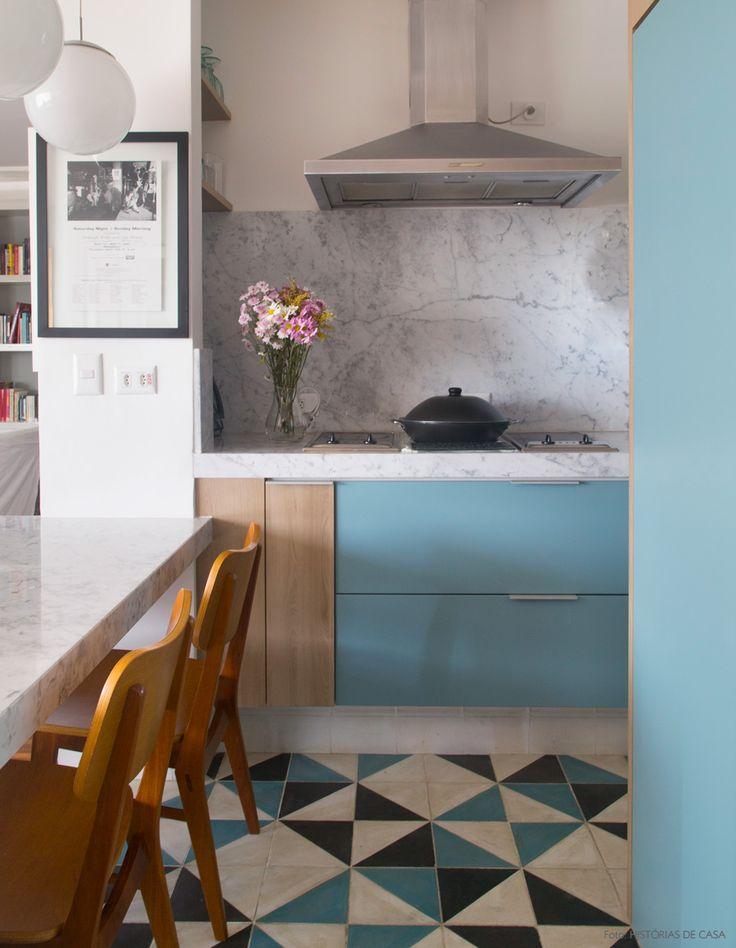Mármore, laca colorida e ladrilhos hidráulicos ...amamos essa composição. Mais em www.historiasdecasa.com.br #marmore #hidraulicos #cozinha #kitchen