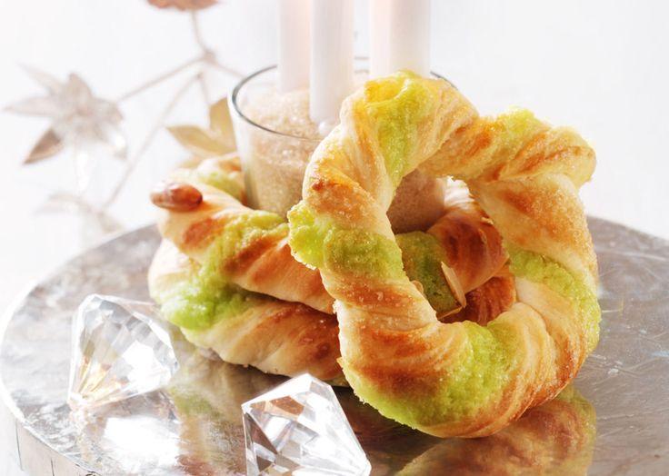 Lav en nem kage med pistaciemasse fra Odense Marcipan. Form dem som små adventskranse og nyd den i julemåneden. Se hvor nemt du bager kagen her!
