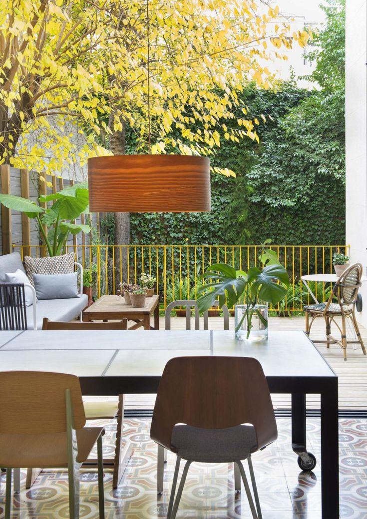 ¿Es posible transformar un piso en una planta baja en una vivienda llena de luz y vegetación? Éste es el resultado que ha sufrido una casa en Barcelona reformada con mucho acierto por el equipo de Miriam Castells Studio http://espaciosinfinitos.com/luz-vegetacion-bajo-barcelona-miriam-castells/
