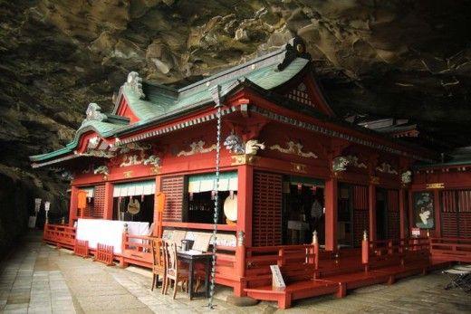 まるで竜宮城のような世界を体験できるパワースポットが宮崎県日南市の鵜戸神宮