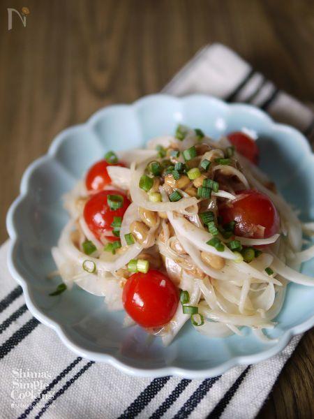 健康系食べ合わせ 納豆×たまねぎ でサラダ。  納豆のネバネバと玉ねぎのシャキシャキ感の不思議なハーモニー  玉ねぎのツンとしたかんじを納豆が和らげてくれて食べやすくもなります  旨味アップに鰹節  切って混ぜるだけの簡単、美味しい、健康系サラダ