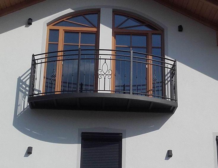 freitragender Hängebalkon Mühldorf - mit Blechwannen und Holzbelag. Balkongeländer gelocht mit geschmiedeten Geländerstäben, verzinkt und pulverbeschichtet.