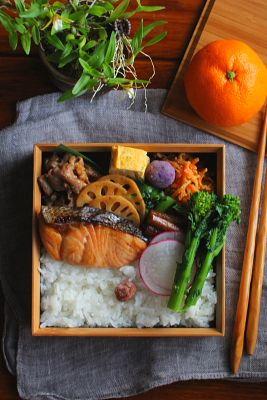 白米焼き塩鮭豚肉の生姜焼き青葱入り卵焼き蓮根の黒酢きんぴら牛蒡の黒酢煮人参の胡麻炒め春菊の胡麻油和え菜の花のおひたし紫芋ボール赤大根今日は「塩鮭」が主役のお弁当。ネタに困ったら鮭頼り~(´∀`人)鮭だけだと味気なさそうだったので生姜焼きも付