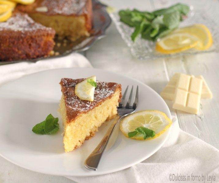 La Torta caprese al limone e cioccolato bianco è una torta morbida e profumata, dal sapore netto di agrumi. La preparazione è semplice e veloce.