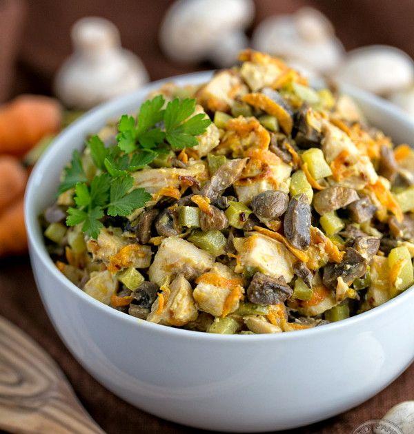 Куриный салат с грибами и солеными огурцами