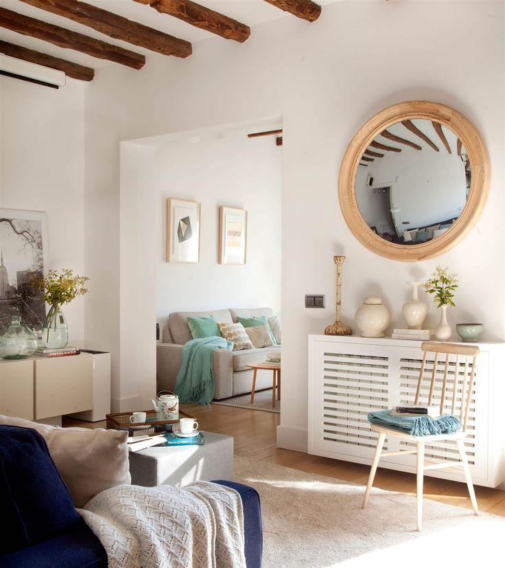 espejo convexo redondo con marco de madera en salon sobre consola_00395779 O