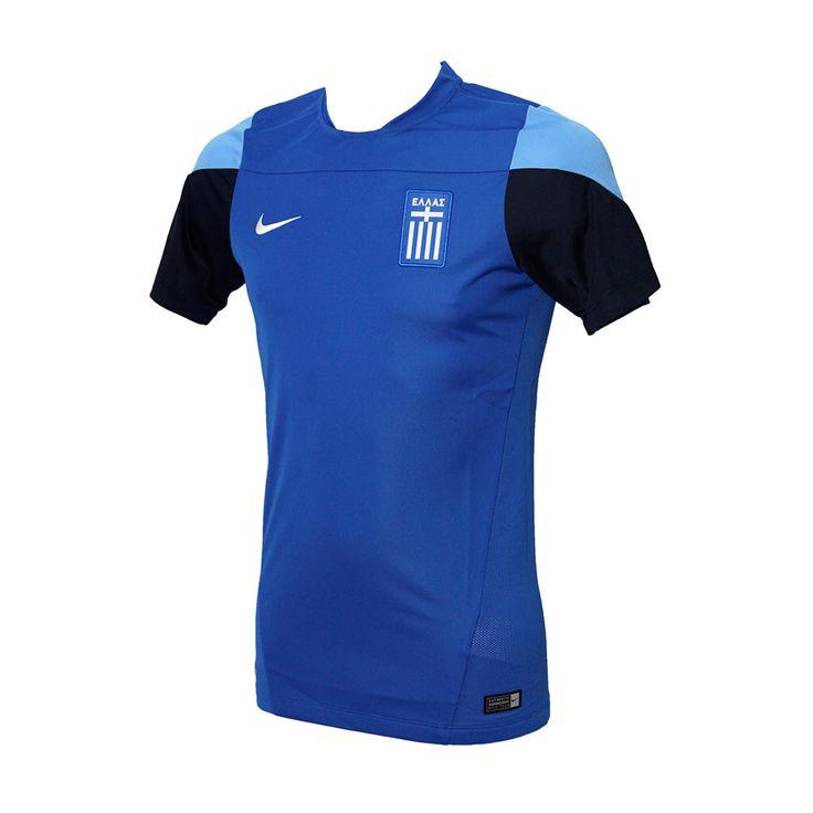 Η μπλούζα της εθνικής ομάδας από τη ΝΙΚΕ, ανοιχτή μπλε με λεπτομέρειες σε σκούρο μπλε και γαλάζιο χρώμα. Φέρει το εθνόσημο και δικτυωτό ύφασμα στο πλάι, για να αναπνέει το δέρμα. Είναι κατασκευασμένη με τεχνολογία Dri-Fit, για απομάκρυνση του ιδρώτα.
