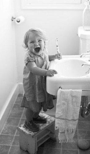 Maak van tanden poetsen een feest!  Zet een tof muziekje op en benoem het eten dat er weggepoetst wordt. Volg een vaste structuur en laat kleuters bijvoorbeeld eerst zelf al horizontaal poetsen en help hen daarna om grondig alle tanden te poetsen.