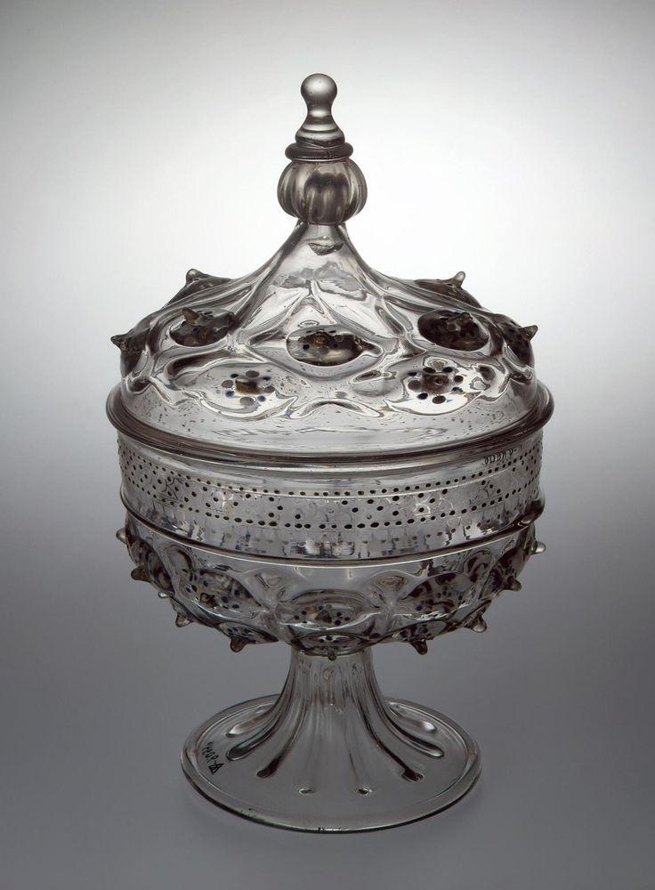 Чаша с крышкой. Венеция, около 1500 г. Стекло, роспись цветными эмалями, золочение. Кр-2094