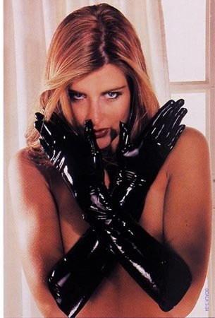 Fantásticos guantes de látex en color negro, de la prestigiosa colección SHARON SLOANE Latex Collection. Para conseguir el efecto brillante de la imagen, es necesario aplicar el abrillantador de látex. 100 LATEX