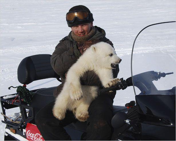 http://goodnewsanimal.ru/news/v_jakutskij_zoopark_poselili_belogo_medvezhonka_najdenysha/2012-05-02-1222