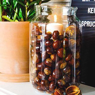 Guten Morgen & happy weekend, Instagemeinde! Wir haben letzte Woche Kastanien gesammelt und ich habe meine Kastanien Deko aus dem Jahr 2013 kopiert 😉 Kastanien ins Glas, noch ein kleines Glas mit rein und dahinein eine Kerze. Die zünden wir heut Abend wieder an. Habt einen schönen Samstag. Wir machen uns gleich auf zum Schulfest! • #kastanien #chestnut #kastaniendeko #waseigenesblog #halloherbst