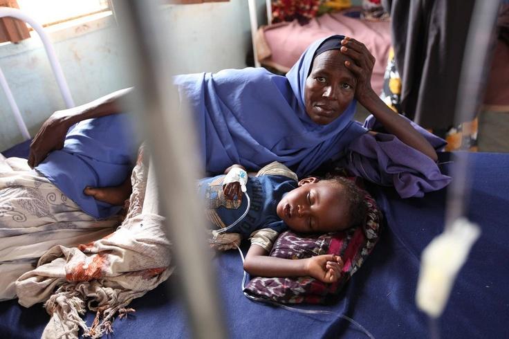 Una rifugiata somala con suo figlio in un centro medico all'interno del campod i Dadaab. © Australia for UNHCR / T. Mukoya / October 2009.