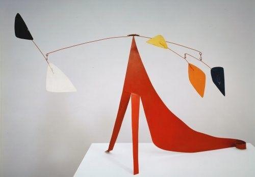 La aportación de Alexander Calder fue la oposición al ideario de la escultura con la armonía, belleza y aspecto lúdico de los móviles.