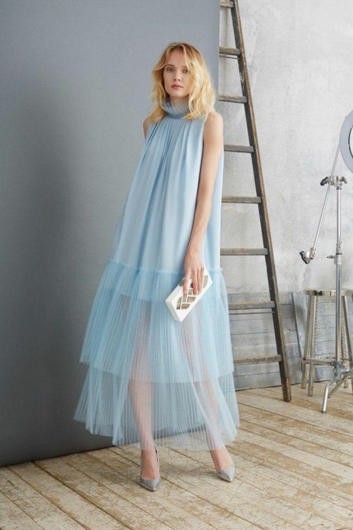 blaues Kleid von einer blonden werdenden Mutter, festliche Kleider für Schwange…