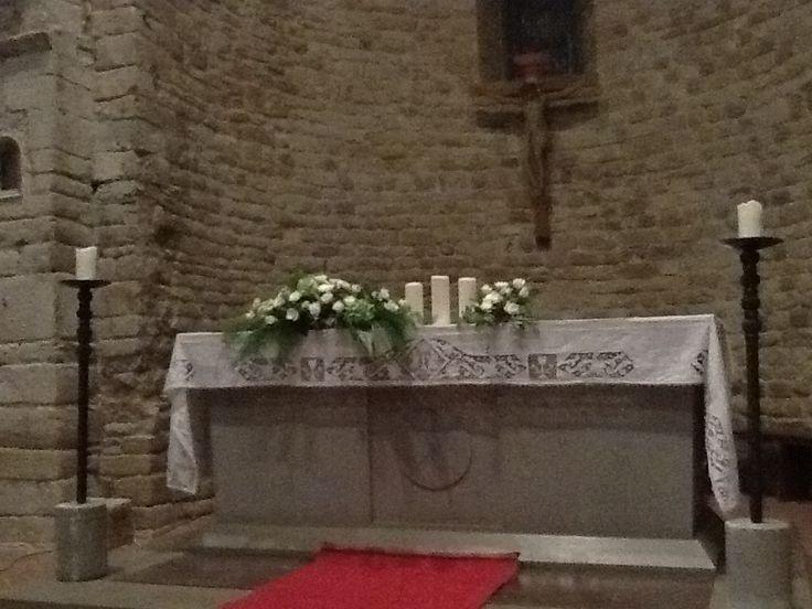 matrimonio: altare Pieve di Tavarnelle. rose e ceri