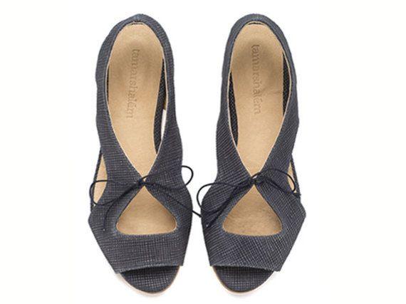 """סנדלי לולה כחול לבירור מידות הנמצאות במלאי, נא לשלוח הודעה טרם הרכישה.   דגם מושלם למי שאוהבת להיראות במיטבה מבלי לוותר על נוחות. דגם זה קיים גם בשחור, צהוב חלבון, ג'ינס גובה העקבים: 1.5 ס""""מ. חומרים: גפה: עור בטנה: עור סוליה: ניאולייט אנא צייני מידה בעת ההזמנה בריבוע """"הערות למוכר"""" להצטרפות למועדון לקוחות: http://www.tamarshalem.com/#!/c1adp"""