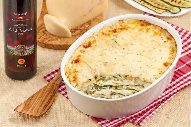 La parmigiana bianca di zucchine è un gustoso piatto a base di zucchine grigliate, besciamella con erbe aromatiche e una saporita provola siciliana.