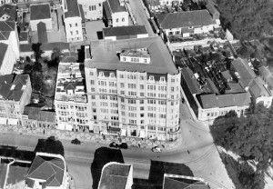 1º arranha-céu curitibano, o Edifício Garcez, construído na esquina da Avenida Luiz Xavier com a Voluntários da Pátria.  Houve época em que o prédio era considerado o terceiro maior do Brasil, só perdendo para o Edifício Martinelli, de São Paulo, e para o edifício do jornal A Noite, do Rio de Janeiro.