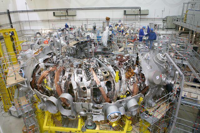 """Nach 15 Jahren Bauzeit geht das experimentelle Kernfusionsprojekt """"Wendelstein 7-X"""" ab November 2015 nun also in die """"heiße Phase"""": Am Max-Planck-Institut für Plasmaphysik (IPP) im Mecklenburg-Vorp…"""