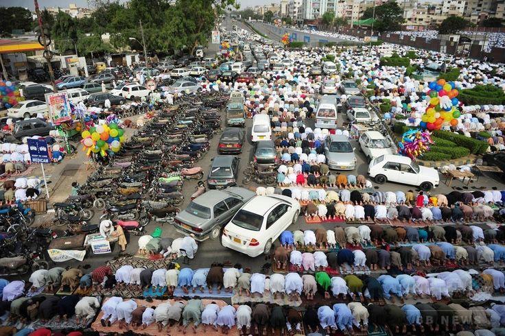 パキスタン・カラチ(Karachi)市内で、断食月「ラマダン(Ramadan)」の終わりを祝う祭り「イード・アル・フィトル(Eid al-Fitr)」の礼拝に臨むイスラム教徒たち(2014年7月29日撮影)。(c)AFP/Asif HASSAN ▼30Jul2014AFP|断食月ラマダン終了、世界各地で「イード・アル・フィトル」 http://www.afpbb.com/articles/-/3021766 #Karachi