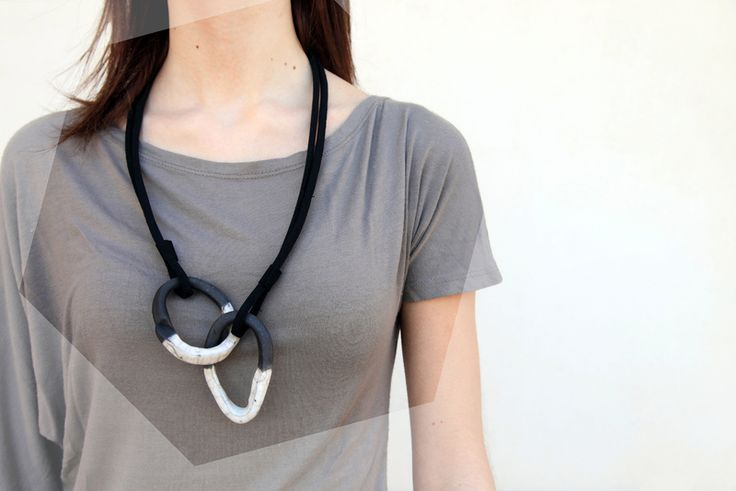 collana geometrica in ceramica raku, biano e nero, di BottegaKrua su DaWanda.com