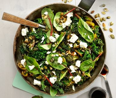 Recept: Olivoljefräst kål med fetaost och pumpakärnor