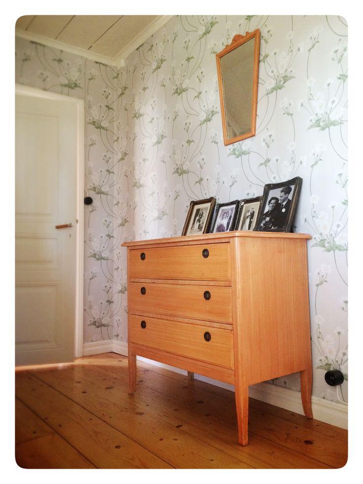Nya tapeter från gammelsvenska tapeter (duro) i långhallen. Tak och dörr målad med linoljefärg. Utanpåliggande strömbrytare från Byggfabriken