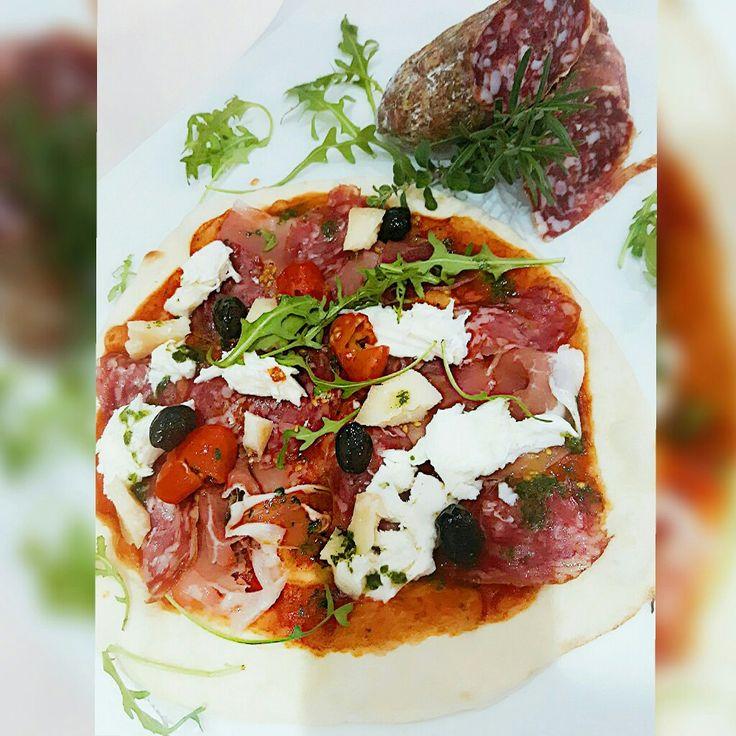 Pizza Prosciutto mit Mailänder Salami u.Peccorino selected by Michele