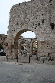 Porta Gemina Ascoli Piceno   I secolo a.C. la porta è realizzata con grossi massi di pietra, squadrati e non cementati tra loro. Sono presenti tre fornici sorretti da tre massicci pilastri di travertino, poggianti su base quadrata La porta venne rinvenuta durante gli scavi del XX secolo
