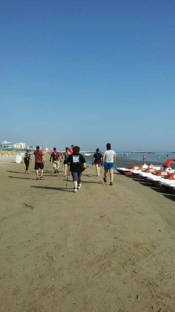 Via che si va col nordic walking in spiaggia
