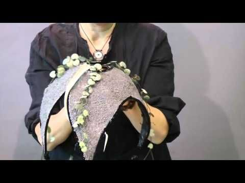 Vídeo completo arte floral: Cómo hacer un ramo de novia volcán Más informació en http://www.rosavallsformacio.com/cast-index.php