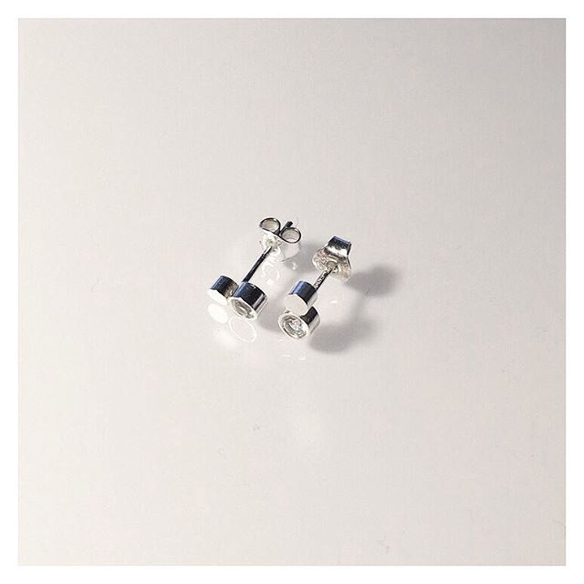 Hopeiset korvakorut safiirilla (165€) ❤️ #silver #sapphire #earrings #finnishdesign #handmadejewelry #oonaarmiajewelry