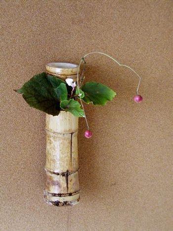 茶花用の一輪挿しは、竹や陶器など落ち着きのある花器が多く、意外と洋花ともよく合います。玄関やリビングにそっと風情をもたらしてくれますよ。