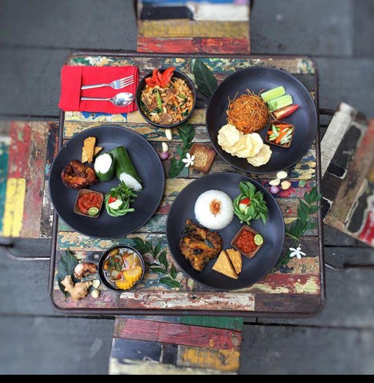 Jelajah Kota Tua Jakarta belum lengkap tanpa mampir ke tempat makan ini. Ada Kedai Pos, Historia Food & Bar, dan Keukenhof Bistro. WIsata sejarah dan kuliner.