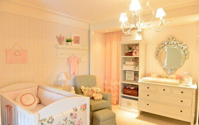 """90 ideias para decorar quartos de bebês e crianças - Decoração - iG. """"O cabideiro instalado na parede deixa tudo mais lúdico no quarto decorado por Andrezza Alencar. O romantismo também ganha ajuda do espelho ornamentado. """""""