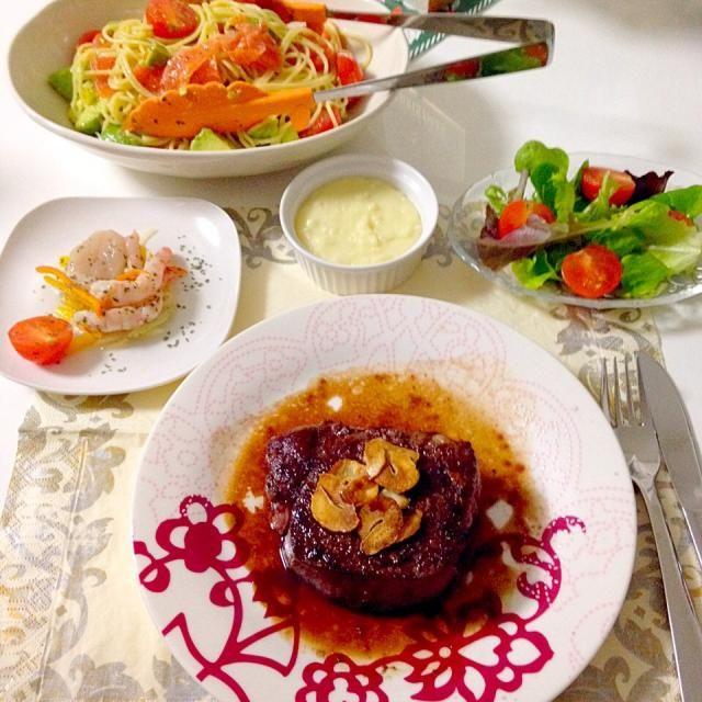 メニューはステーキから時計回り。 やー。3時間。。疲れた。食べたらあっという間なのに! - 30件のもぐもぐ - 〜クリスマスディナー〜ヒレステーキにんにくソース・帆立と海老のカルパッチョ・スモークサーモンとアボカドの冷製パスタ・アリゴ(マッシュポテト)・グリーンサラダ by accachan096Y1